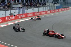 Kimi Räikkönen, Ferrari SF15-T, und Jenson Button, McLaren MP4-30