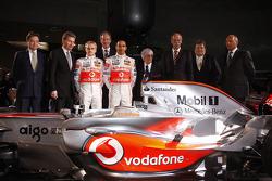 Lewis Hamilton, Heikki Kovalainen, Ron Dennis, Norbert Haug, Bernie Ecclestone y McLaren Mercedes los miembros del equipo posan con el nuevo McLaren Mercedes MP4-23