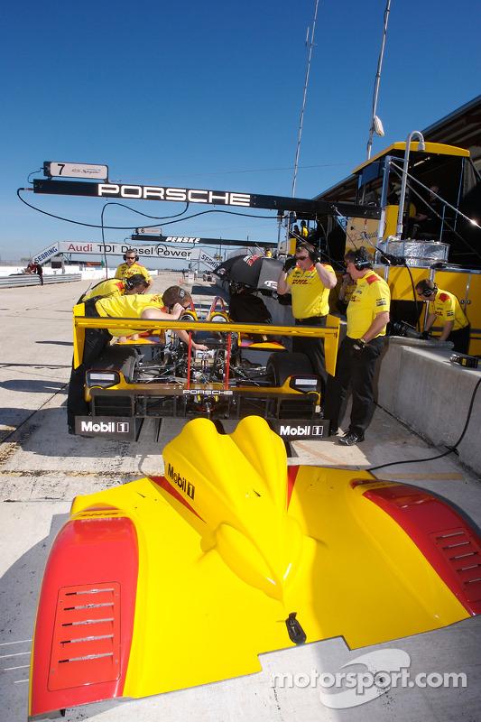 Les membres de l'équipe Penske Racing au travail