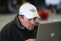 Bobby Labonte going over data from latest run