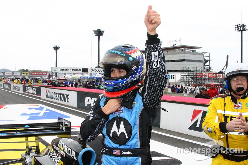 Ganador de la carrera Danica Patrick celebra