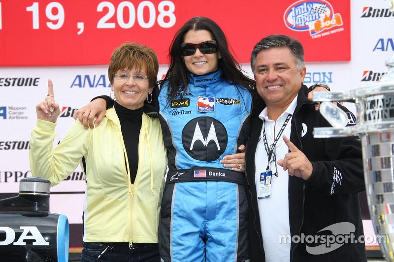 Podio: ganador de la carrera Danica Patrick