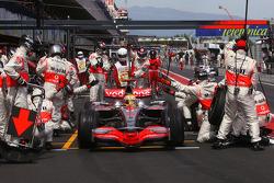 Lewis Hamilton, McLaren Mercedes and Robert Kubica, BMW Sauber F1 Team during pitstop