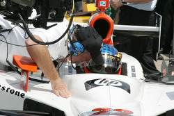 Davey Hamilton gets qualifying instructions from Brian Barnhart