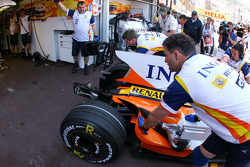Fernando Alonso, Renault F1 Team comes into the pits without his rear wing