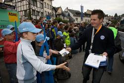 Volkswagen Motorsport team gives hero cards to fans