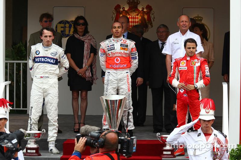 Второе место - Роберт Кубица, BMW Sauber F1 Team, первое место - Льюис Хэмилтон, McLaren Mercedes и третье место - Фелипе Масса, Scuderia Ferrari