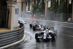 Kazuki Nakajima, Williams F1 Team leads David Coulthard, Red Bull Racing
