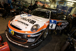 #4 Hankook / H&R Spezialfedern Porsche 911: Jürgen Alzen, Christian Menzel, Markus Gedlich, Christian Abt in the garage