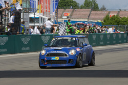 #110 Schirra Motoring BMW Mini Cooper S: Friedrich von Bohlen u. Hallbach, Bernhard Laber takes the checkered flag
