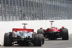 Los autos de Lewis Hamilton, McLaren Mercedes y Kimi Raikkonen, Scuderia Ferrari