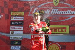 Gara 1 Shell, il podio: primo, #180 Kessel Racing Ferrari 458 Italia: Gautam Singhania, festeggia la vittoria