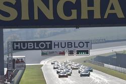 Старт гонки 1 кубок Shell: #180 Kessel Racing Ferrari 458 Italia: Гаутам Сингания лидирует