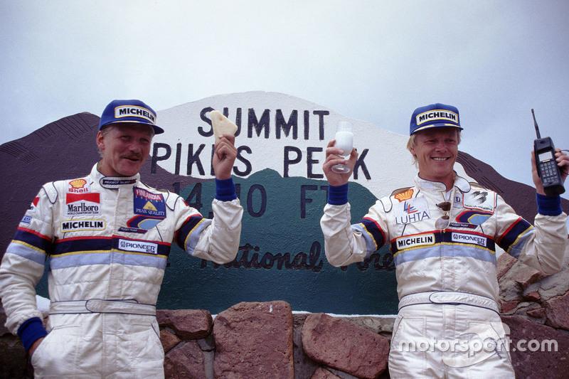 Pemenang balapan, Ari Vatanen, Peugeot 405 Turbo 16, dan peringkat kedua Juha Kankkunen, Peugeot 405