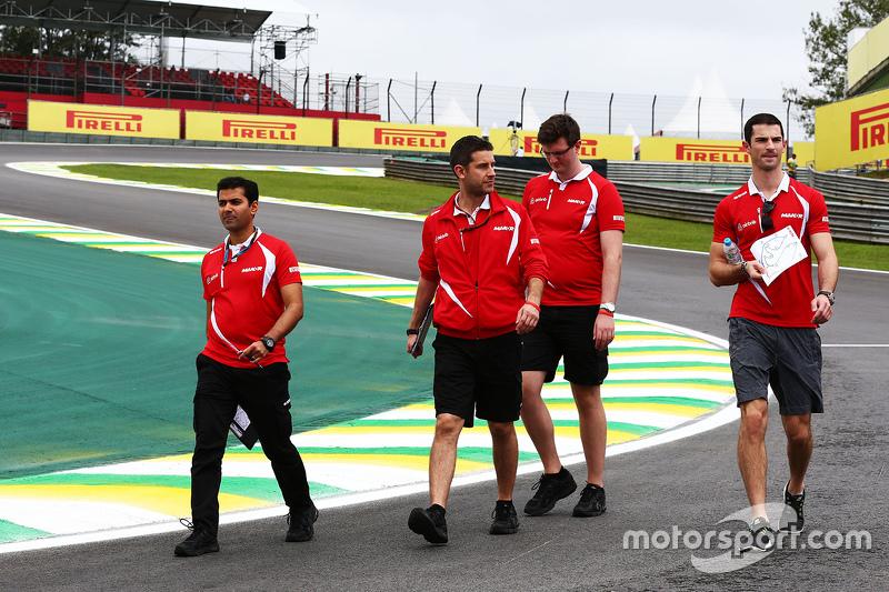 Alguns pilotos aproveitam o dia para percorrer o circuito a pé