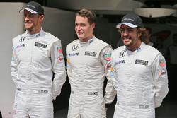 Дженсон Баттон, McLaren, Стоффель Вандорн, тестовый и резервный пилот McLaren и Фернандо Алонсо, McL