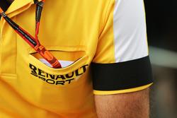 Сириль Абитбуль, управляющий директор Renault Sport F1 с черной повязкой на рукаве в память о погибших во время терракта в Париже