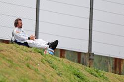 Fernando Alonso assiste treino de uma cadeira no circuito após ter que parar