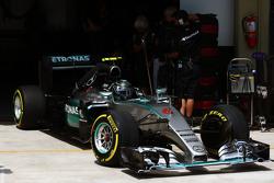 Нико Росберг, Mercedes AMG F1 W06 выезжает из гаража