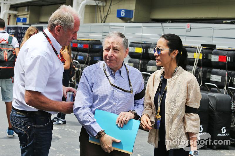 El Dr. Helmut Marko, asesor de Red Bull, con Jean Todt, presidente de la FIA y su esposa Michelle Yeoh