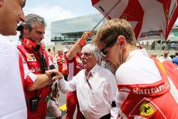 Maurizio Arrivabene, Ferrari director del equipo con Bernie Ecclestone y Sebastian Vettel, Ferrari en la parrilla
