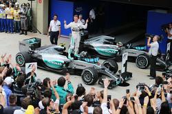 Победитель - Нико Росберг, Mercedes AMG F1 W06 празднует в закрытом парке