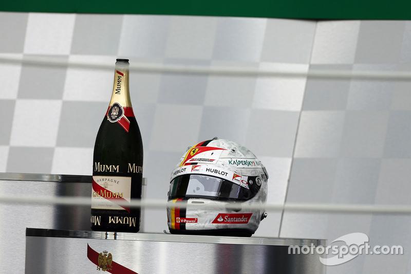 Der Helm von Sebastian Vettel, Ferrari, auf dem Podium