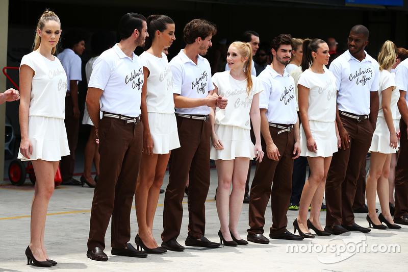 Grid girls e boys no desfile dos pilotos