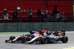 Sergio Perez, Sahara Force India F1 VJM08 en Max Verstappen, Scuderia Toro Rosso STR10 strijden voor positie