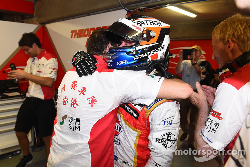 Polesitter Felix Rosenqvist, Prema Powerteam, Dallara Mercedes-Benz, feiert mit dem Team