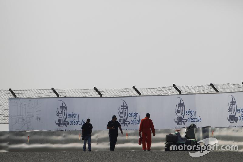 машина для Сенд Стувік, Status Grand Prix, в tyre barrier