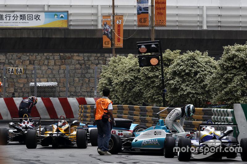 Daniel Juncadella, Fortec Motorsport, Dallara Mercedes; Callum Ilott, Carlin, Dallara Volkswagen, mi