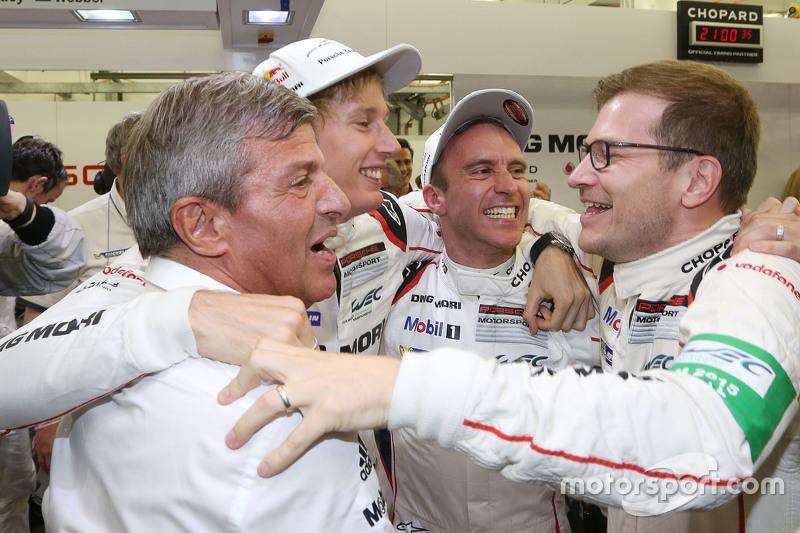 Weltmeister 2015: Timo Bernhard und Brendon Hartley, Porsche Team, feiern auf dem Podium