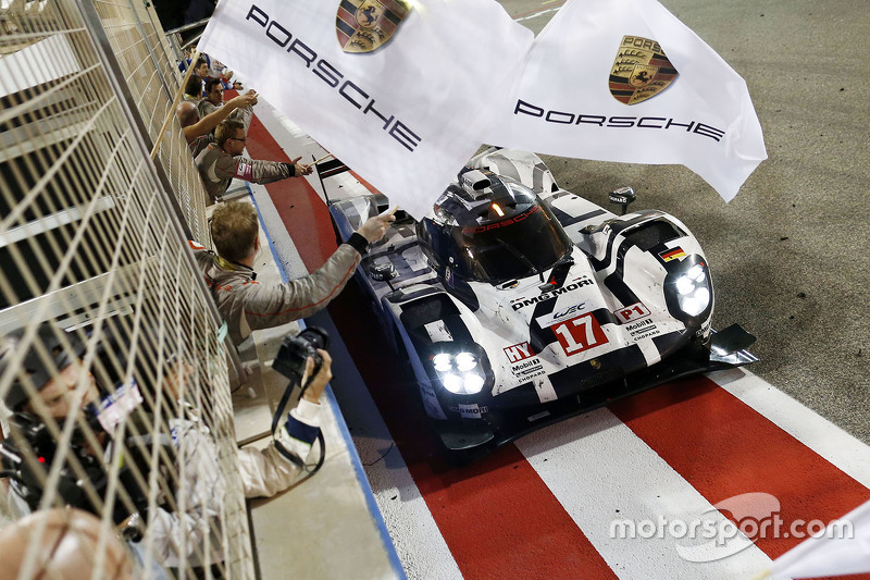#17 Porsche Team 919 Hybrid: Тимо Бернхард, Марк Уэббер и Брендон Хартли пересекают финишную черту
