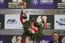 菲利克斯·罗森奎斯特捧起2015年澳门F3冠军奖杯