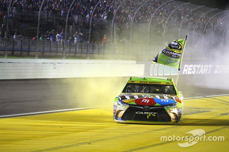 Victory-Lane: Champion NASCAR Sprint-Cup 2015, Kyle Busch, Joe Gibbs Racing Toyota