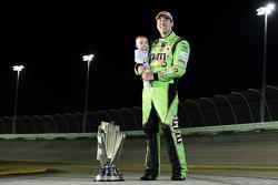 1. und Champion NASCAR Sprint-Cup 2015 Kyle Busch mit Sohn Brexton