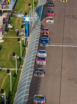 Джефф Гордон, Hendrick Motorsports Chevrolet лідирує  a group of cars