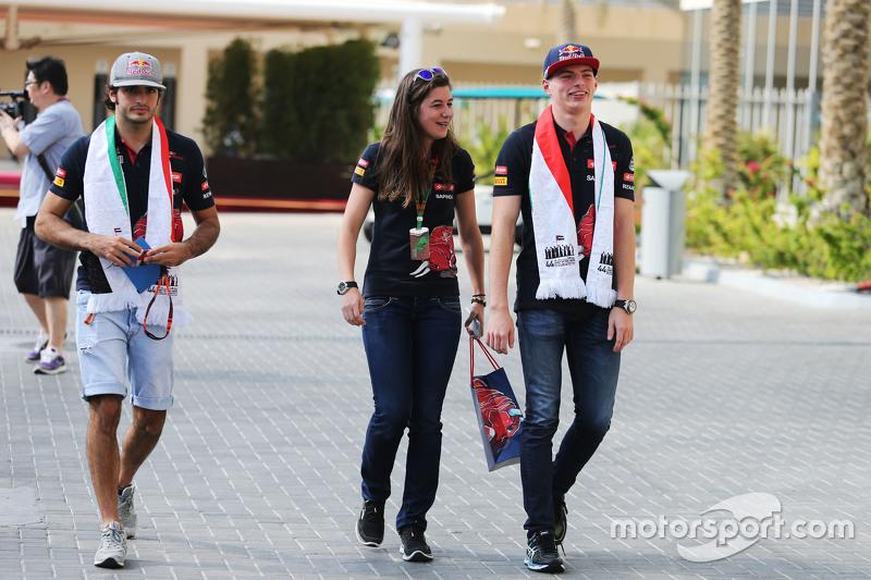 Carlos Sainz Jr., Scuderia Toro Rosso, mit Tabatha Valles, Scuderia Toro Rosso, Pressesprecherin, und Max Verstappen, Scuderia Toro Rosso