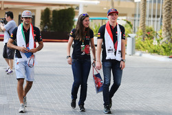 Carlos Sainz Jr., Scuderia Toro Rosso met Tabatha Valls, Scuderia Toro Rosso persverantwoordelijke en Max Verstappen, Scuderia Toro Rosso
