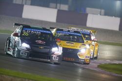 Stefano D'Aste, Chevrolet Cruze, Münnich Motorsport, davanti a Nicolas Lapierre, Lada Sport Rosneft, Lada Vesta