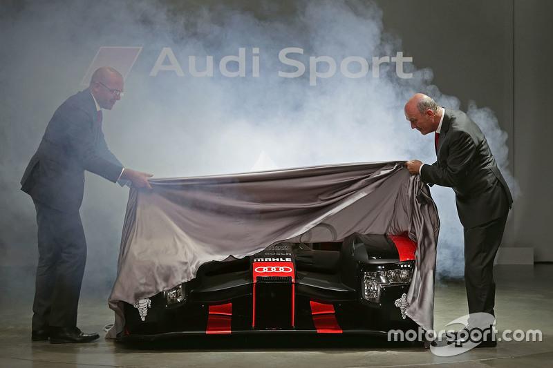 Chris Reinke, Head of LMP, та Д-р Вольфганг Уллріх unveil the 2016 Audi R18 e-tron quattro