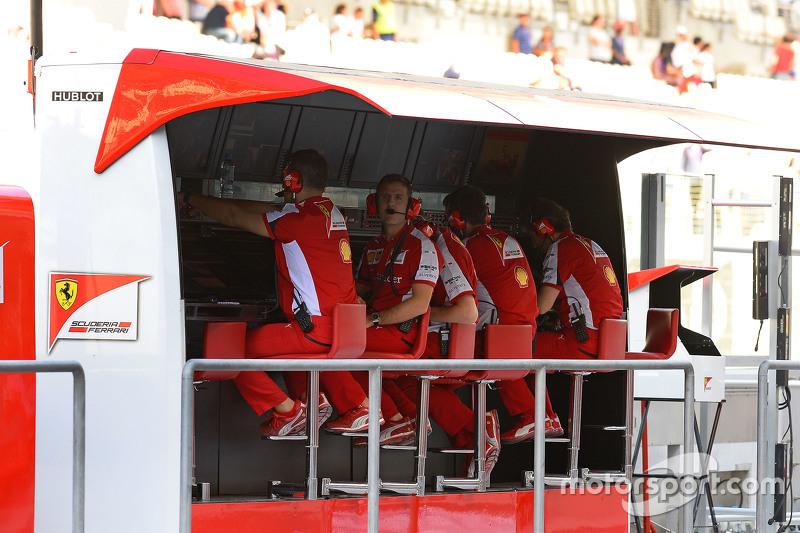 Miembros de Ferrari en el pitwall