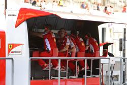 Ferrari team op de pitmuur