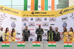 Podio: ganador Simran Jeet, segundo lugar Deepak Ravi Kumar, y el tercer lugar Sandesh Prasanna