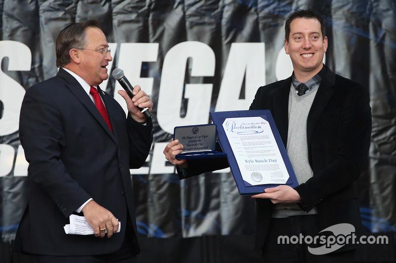 NASCAR-Champion 2015 Kyle Busch, Joe Gibbs Racing Toyota, bekommt den Schlüssel zur Stadt Las Vegas