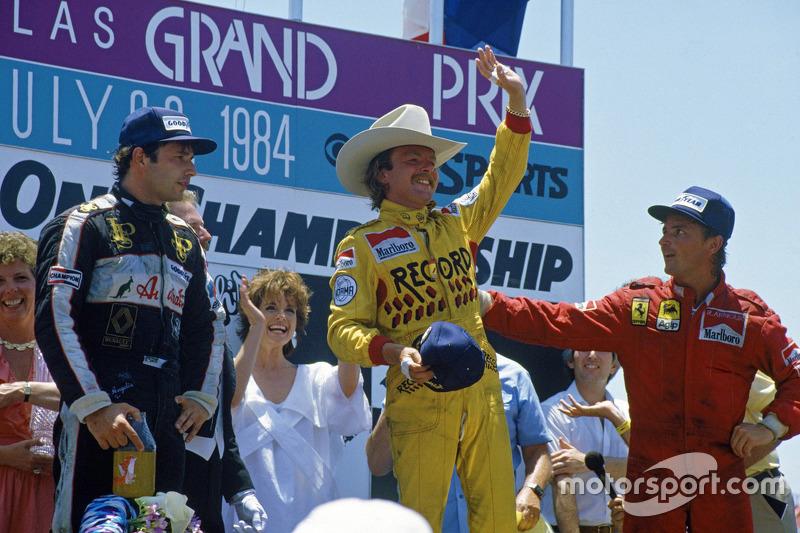 Podium: race winnaar Keke Rosberg, Williams, tweede René Arnoux, Ferrari, derde Elio de Angelis, Lot