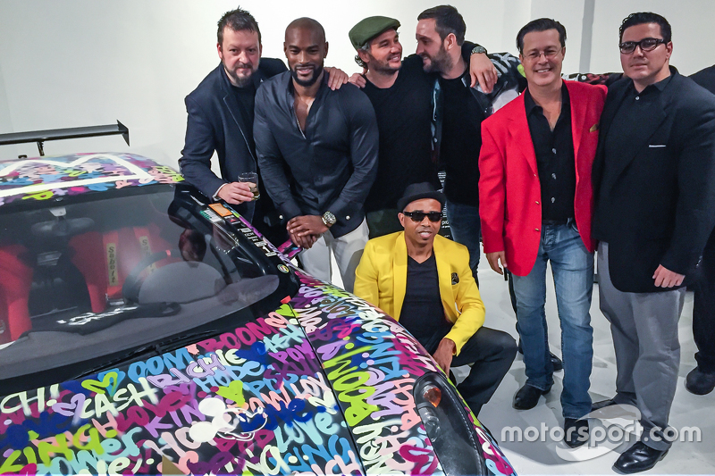 Ben Levy mit Tyson Beckford, Steve Hawthorne, Neil Handler und weitere Personen posieren mit dem Fer