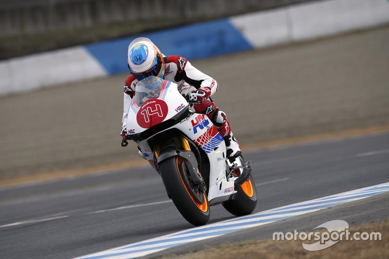 5. Fernando Alonso monta una motocicleta Honda