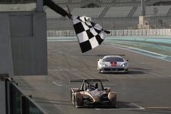 #23 CRM Wolf GB08: Angelo Negro, Philippe Prette yarışın ilk bölümünde damalı bayrağı görüyor
